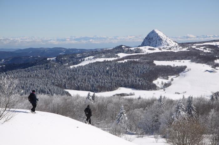 De grands espaces enneigés au milieu des volcans des Monts d'Ardèche