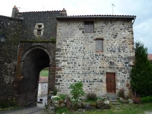 Arlempdes, entrée du château © F.Batifol