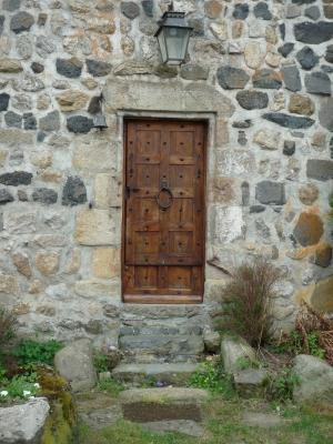 Vielles pierres et porte ancienne © F.Batifol